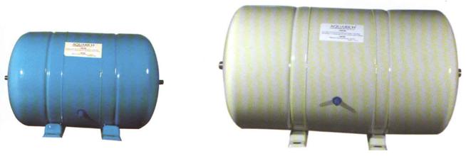 一般的压力罐中只有一个橡胶囊,现有公司生产的一种压力罐,称为纯浓水二合一储水压力罐,横躺着放,皮囊在压力罐中部,左右二室分别为浓水室和纯水室,浓水室的体积是纯水室的二倍。二室都有出口,并分别用PE管接上鹅颈龙头。分别用高压开关自动控制泵,任一室水满了后,泵就自动停止运转。实际上是把二个压力罐合二为一了。因此更紧凑了,占地面积更小了,见图2。